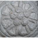 Rosone  margherita  scolpita nella pietra